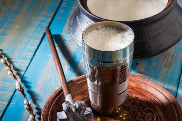 Lassi là thức uống sữa lên men có nguồn gốc từ Ấn Độ., nó thường được thưởng thức như một thức uống trước bữa tối và giúp tiêu hóa trơn tru.