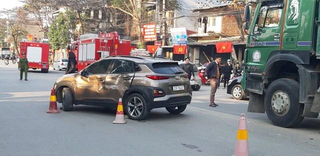 Xe ô tô Hyundai đi đầu, rẽ trái thiếu quan sát bị móp méo nặng dọc sườn bên trái xe.