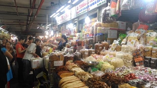 Kênh bán lẻ truyền thống đã chuẩn bị đầy đủ bánh kẹo, mứt cho thị trường Tết Nguyên đán 2021.