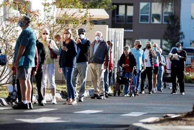 Những người từ 65 tuổi trở lên xếp hàng chờ tiêm vaccine Covid-19 ở Sarasota, Florida ngày 4/1/2021. Ảnh: Reuters.