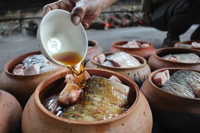 Các gia vị tạo nên mùi hương đặc trưng cho nồi cá kho gồm: Mắm, chanh, nước cốt cua đồng, giềng, ớt, gừng...