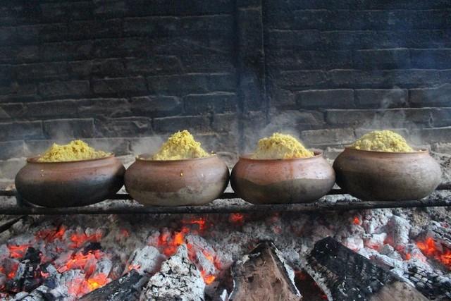 Trong quá trình kho, người dân thêm giềng và gừng xay nhỏ để tạo hương vị đặc trưng của món cá kho.