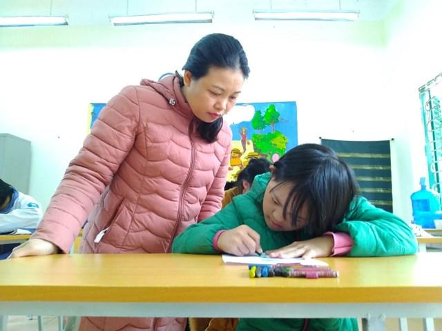 """Cô giáo Nguyễn Thị Nga, """"người mẹ hiền"""" của học sinh khuyết tật trường Nuôi dưỡng và Giáo dục trẻ em tàn tật huyện Sóc Sơn."""