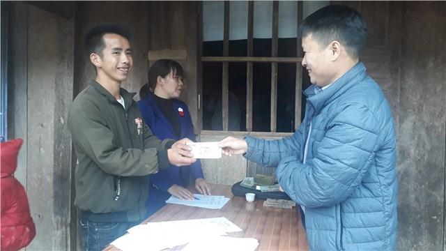 Người dân xã Ca Thành, huyện Nguyên Bình nhận kinh phí hỗ trợ mua bò giống. Ảnh: Nguyên Bình.
