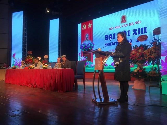 Chủ tịch Hội Nhà văn Hà Nội Nguyễn Thị Thu Huệ phát biểu tại đại hội.