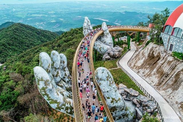 Cầu vàng ở Đà Nẵng thu hút khách du lịch.