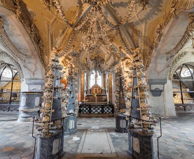 Sedlec Ossuary, Cộng hòa Séc – nhà thờ có tới 70.000 xương người được sắp xếp theo kiểu trang trí nghệ thuật, bao gồm cả một chiếc đèn chùm.