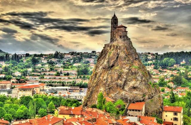 Saint-Michel d'Aiguilhe, Pháp - Được xây dựng vào năm 962 sau Công nguyên, nhà thờ này nằm trên một ngọn núi lửa.