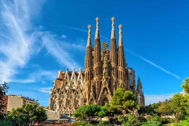 La Sagrada Família, Tây Ban Nha - Nhà thờ do Gaudi thiết kế ở Barcelona nhưng chưa được hoàn thiện, nhà thờ dự tính sẽ được hoàn thành vào kỷ niệm một trăm năm cái chết của Gaudi vào năm 2026.