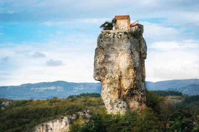 Katskhi Pillar, Georgia - Các tu sĩ Cơ đốc giáo đã xây dựng một nhà nguyện trên một vách núi đá cao 130 mét, và đây là nhà của một tu sĩ duy nhất từ những năm 90. Cách duy nhất để lên là một cái thang kim loại, mặc dù gần đây nó đã bị đóng cửa cho công chúng.