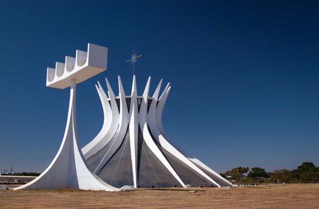 Nhà thờ Brasilia, Brazil - Bên trong nhà thờ với 4 quả chuông, một hồ nước phản chiếu và tác phẩm điêu khắc của các thiên thần treo trên trần nhà bằng kính màu.
