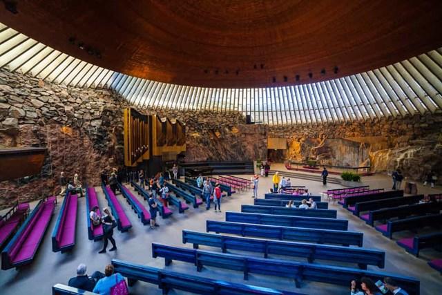 Nhà thờ Temppeliaukio, Phần Lan - Được biết đến nhiều hơn với tên gọi Nhà thờ đá, công trình kiến trúc ở Helsinki này là sự pha trộn giữa cổ kính và hiện đại, với những bức tường làm từ đá tự nhiên và mái nhà làm bằng đồng.