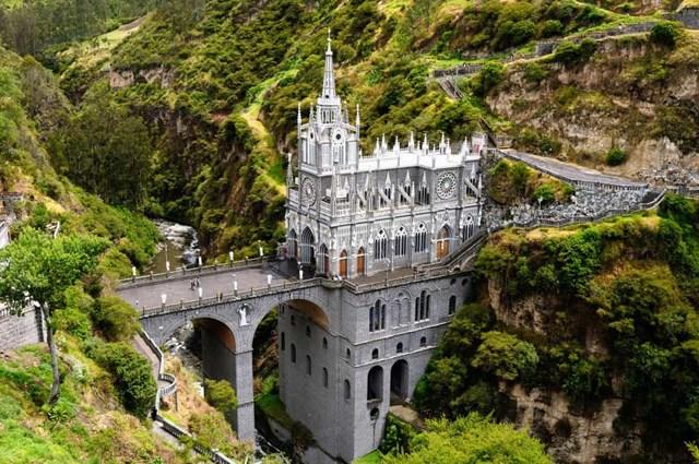 Thánh địa Las Lajas, Colombia - Nằm ở thị trấn nhỏ Ipiales, nhà thờ rộng lớn và lộng lẫy này nằm gọn trong một hẻm núi hẹp bên cạnh một con sông.