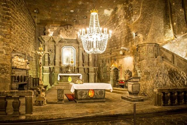 Nhà nguyện mỏ muối Wieliczka, Ba Lan - Những người thợ mỏ, những người làm công việc nguy hiểm đến tính mạng, cần tôn giáo dưới lòng đất, vì vậy họ đã chạm khắc các nhà nguyện trực tiếp từ muối mỏ.