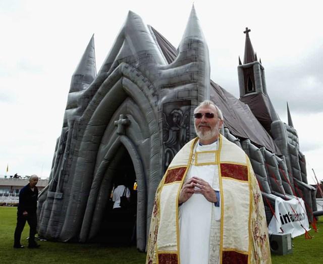 Nhà thờ bơm hơi, Anh - Là nhà thờ đầu tiên thuộc loại hình này, được xây dựng vào năm 2003 ở Sandown, cao 14,3 m, đi kèm với một cây đàn organ bơm hơi, có thể chứa đến 60 người.
