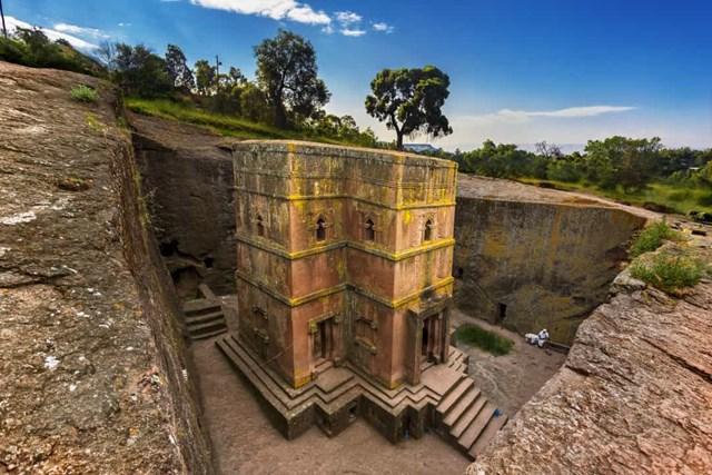 Nhà thờ Thánh George, Ethiopia - Các nhà thờ đá ở Lalibela là những ngôi đền bằng đá nguyên khối lớn nhất trên thế giới. Tổng cộng có 11 cái, và tất cả chúng đều nằm dưới lòng đất.