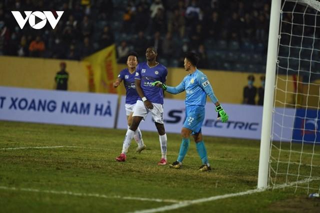 Thất bại 0-3 trước Nam Định là mùa giải thứ ba liên tiếp Hà Nội FC không biết mùi chiến thắng trong trận đấu sân khách đầu tiên ở V-League. Ảnh: Dương Thuật.