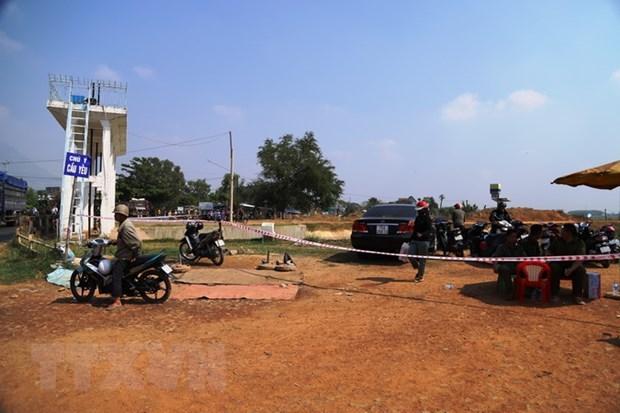 Lực lượng chức năng phong tỏa hiện trường, tiến hành tìm kiếm và trục vớt thi thể các nạn nhân. Ảnh: Thanh Tân/TTXVN.