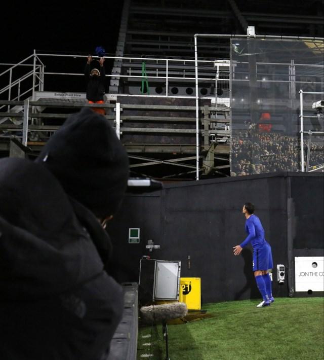 Thiago Silva tặng áo cho một công nhân đang làm việc tại sân Craven Cottage. Ảnh: Getty.