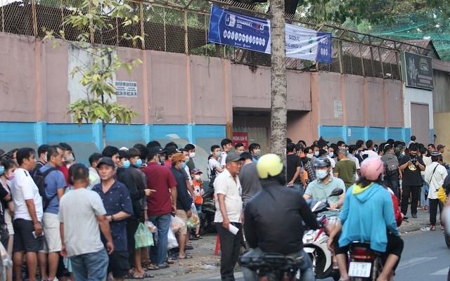 Hàng dài người xếp hàng trước các cổng kiểm soát để chờ được vào sân.