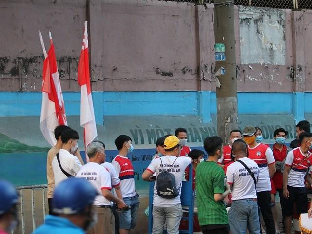 CĐV của đội khách HA Gia Lai cũng đến sân từ rất sớm.