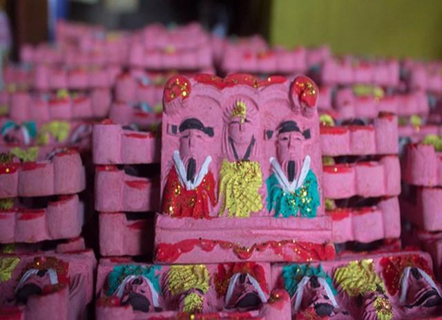 Mỗi bức tượng ông Táo được bán ra thị trường với giá 1.500 đến 7.000 đồng.