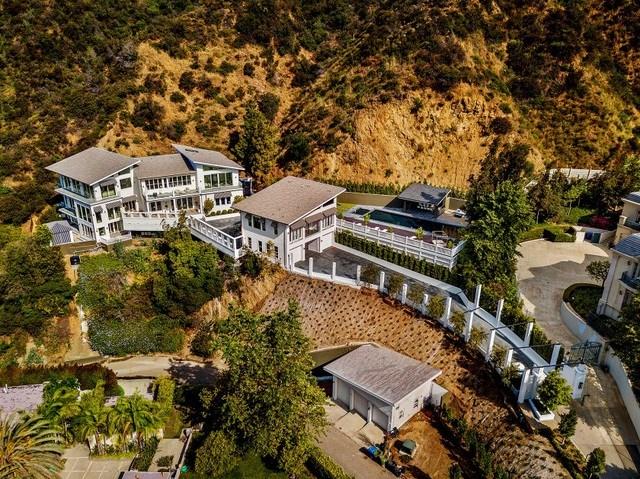 Căn biệt thự được ngôi sao hip-hop Tyga thuê sống tọa lạc trên một mảnh đất rộng hơn 8.000m2 ở dãy núi Santa Monica, khu nhà giàu Bel-Air, Los Angeles. Ngôi nhà mới được xây dựng vào năm 2019, có diện tích hơn 1.200m2 với 6 phòng ngủ và 8 phòng tắm trải rộng trên 3 tầng.