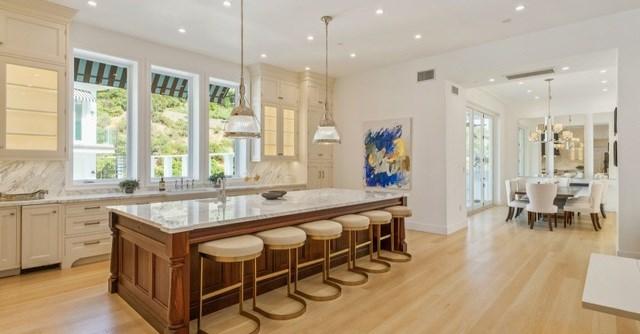 Nhà bếp rộng lớn, sang trọng với sàn gỗ cứng và nội thất cao cấp được làm từ đá cẩm thạch. Sát bên nhà bếp là một khu vực ăn uống nhỏ nhắn được bài trí tinh tế.