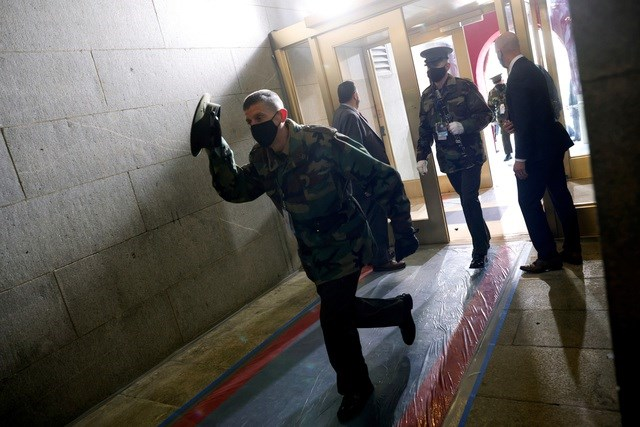Các binh sĩ Mỹ sơ tán vào trong tòa nhà quốc hội sau khi có lệnh phong tỏa. Ảnh: Reuters.