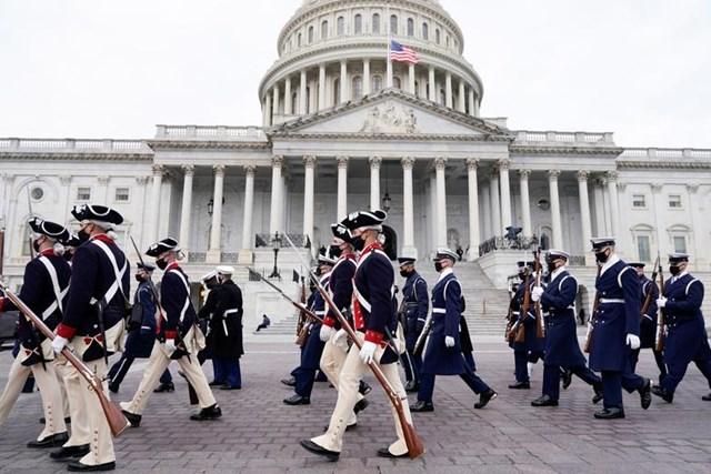 Các thành viên dàn Quân nhạc diễn tập trước Điện Capitol Mỹ.
