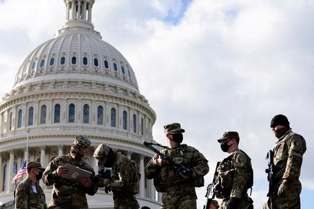 Lực lượng Vệ binh Quốc gia nhận súng và đạn dược bên ngoài tòa nhà Quốc hội Mỹ.