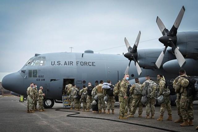 Các binh sĩ thuộc Lực lượng Vệ binh Quốc gia lên máy bay vận tải C-130H Hercules để tăng cường an ninh cho Washington trong Lễ nhậm chức, tại Căn cứ Vệ binh Quốc gia Không quân Bradley ở Connecticut, ngày 15/1.