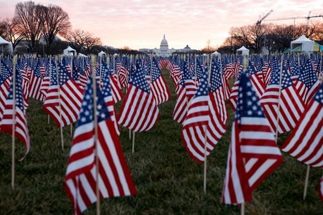 Hàng nghìn lá cờ Mỹ tại National Mall, để đại diện cho những người không thể đến Washington dự lễ nhậm chức.