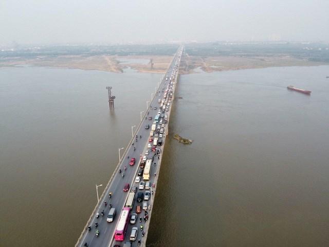Vụ tai nạn khiến cho giao thông qua lại cầu Vĩnh Tuy hướng đi Long Biên bị ùn tắc cục bộ.