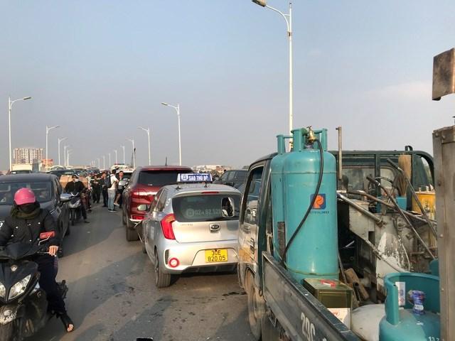 Vụ tai nạn liên hoàn khiến giao thông qua khu vực cầu Vĩnh Tuy bị ùn ứ cục bộ.
