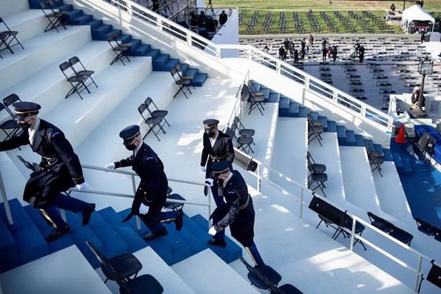 Các thành viên của Đội bảo vệ danh dự được sơ tán khỏi khán đài lễ nhậm chức khi có báo cáo về mối đe dọa an ninh bên ngoài trong buổi diễn tập.