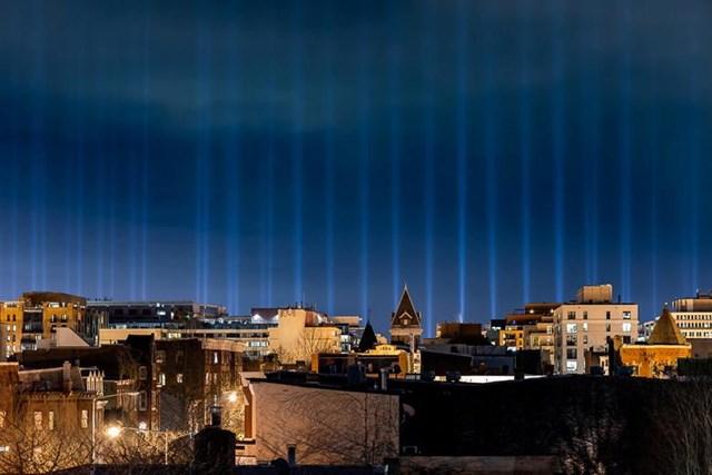 56 cột ánh sáng, đại diện cho 50 tiểu bang và vùng lãnh thổ của Mỹ, chiếu sáng bầu trời phía trên National Mall và Điện Capitol Mỹ.