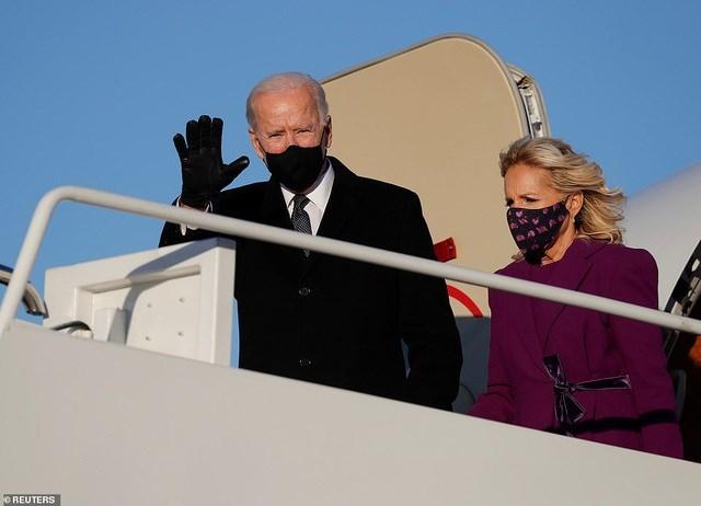 Ông Biden và phu nhân di chuyển tới căn cứ quân sự gần Washington DC chuẩn bị cho lễ nhậm chức. Ảnh: Reuters.