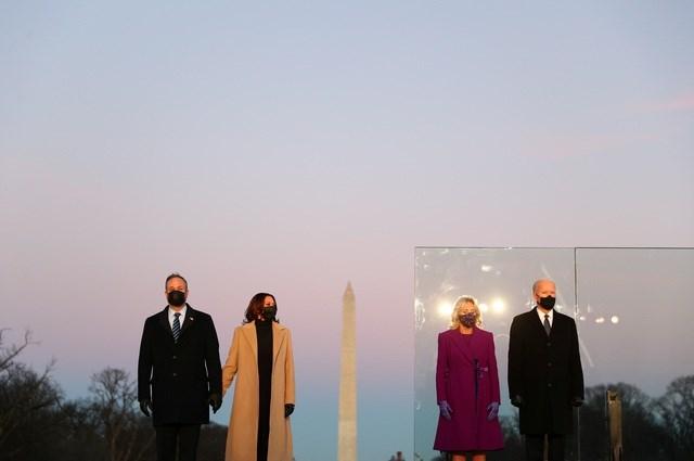 """Vợ chồng ông Biden và vợ chồng """"phó tướng"""" Kamala Harris tham gia lễ tưởng niệm tối 19/1. Ảnh: Reuters."""