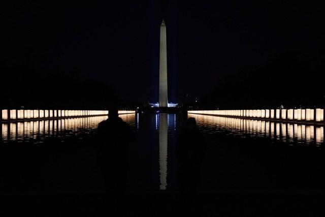 Đèn thắp sáng tưởng niệm nạn nhân Covid-19. Ảnh: Reuters.
