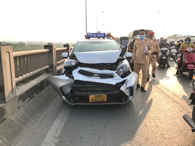 Chiếc xe taxi bị vỡ nát phần đầu.
