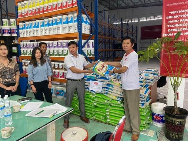Ông Ngô Sỹ Tuyên (ngoài cùng bên phải), Giám đốc Công ty Sơn KOVA Malaysia, đại diện Tập đoàn Sơn KOVA Việt Nam, trao hàng cứu trợ cho Ban Liên lạc người Việt Nam tại Johor, Malaysia. Nguồn: Ban Liên lạc người Việt Nam tại Johor.