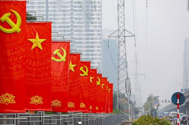 Thủ đô Hà Nội trang hoàng rực rỡ đón chào Đại hội đại biểu toàn quốc lần thứ XIII của Đảng. Ảnh: Quang Vinh.