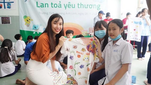 Bà Nguyễn Phương Linh trong một hoạt động liên quan đến trẻ em.