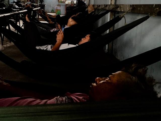 Người lao động nghèo đợi giấc ngủ đến sau một ngày mưu sinh.