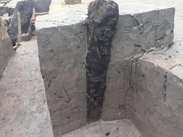 Chiếc cột gố lớn đã nghiêng trong lòng đất.