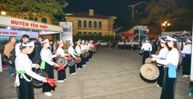 Đánh cồng chiêng tại Ngày hội văn hóa, du lịch tỉnh Hòa Bình.