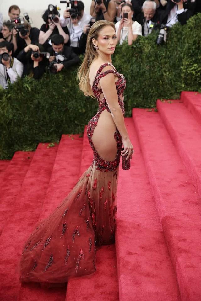Jennifer Lopez không ngại ngần trước chiếc váy táo bạo, MET Gala 2015.