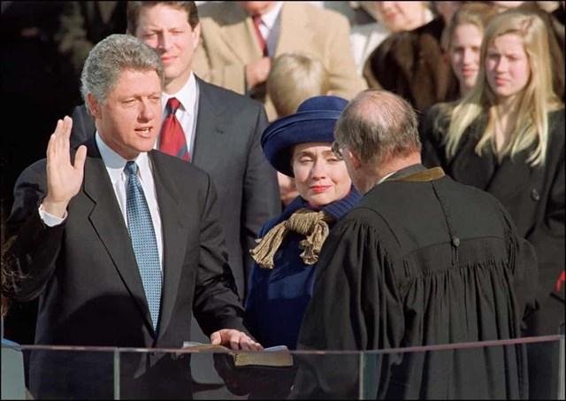 Đệ nhất phu nhân Hillary Clinton mặc bộ quần áo màu xanh trong buổi lễ tuyên thệ nhậm chức đầu tiên của Tổng thống Bill Clinton vào năm 1993.