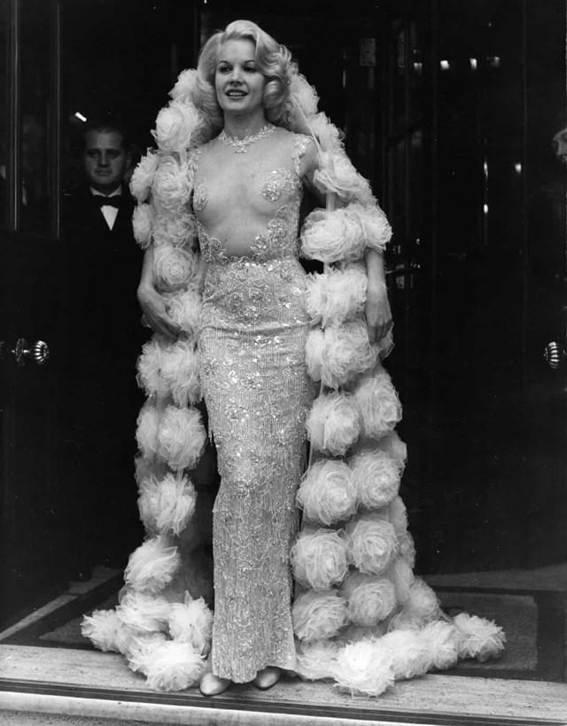 """Carroll Baker rạng rỡ trong chiếc váy Balmain này trong buổi ra mắt phim """"Carpetbaggers"""" 1964."""